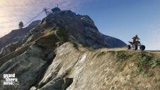 Тревор едет на квадроцикле по горе Чилиад